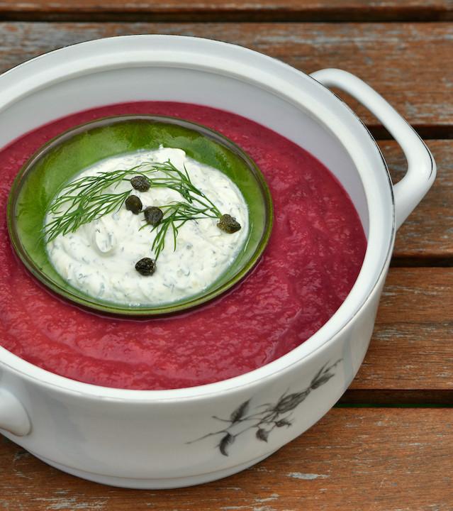 Borsj Fris, zoet/zuur bietensoepje boordevol groente met een Dille room dropping