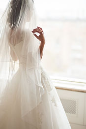 Bride looks out of the window,wedding da