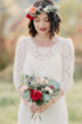 fleuriste-mariage-la-petite-boutique-de-fleursmariée-laure-de-sagazan-couronne-fleurs-boho-dentelle-robe-de-mariée