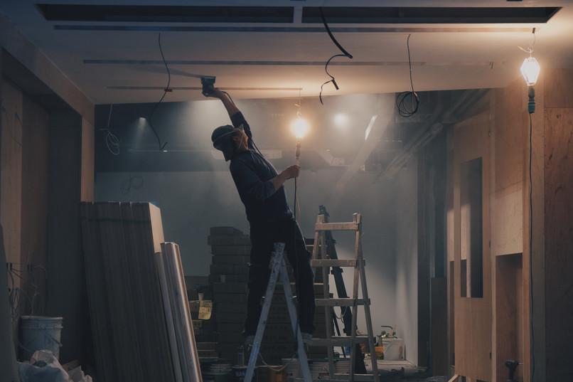 man mudding ceiling.jpg