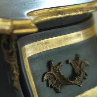 Kommode, 19 JH., Schweden, polimentvergoldet und schwarz gefasst