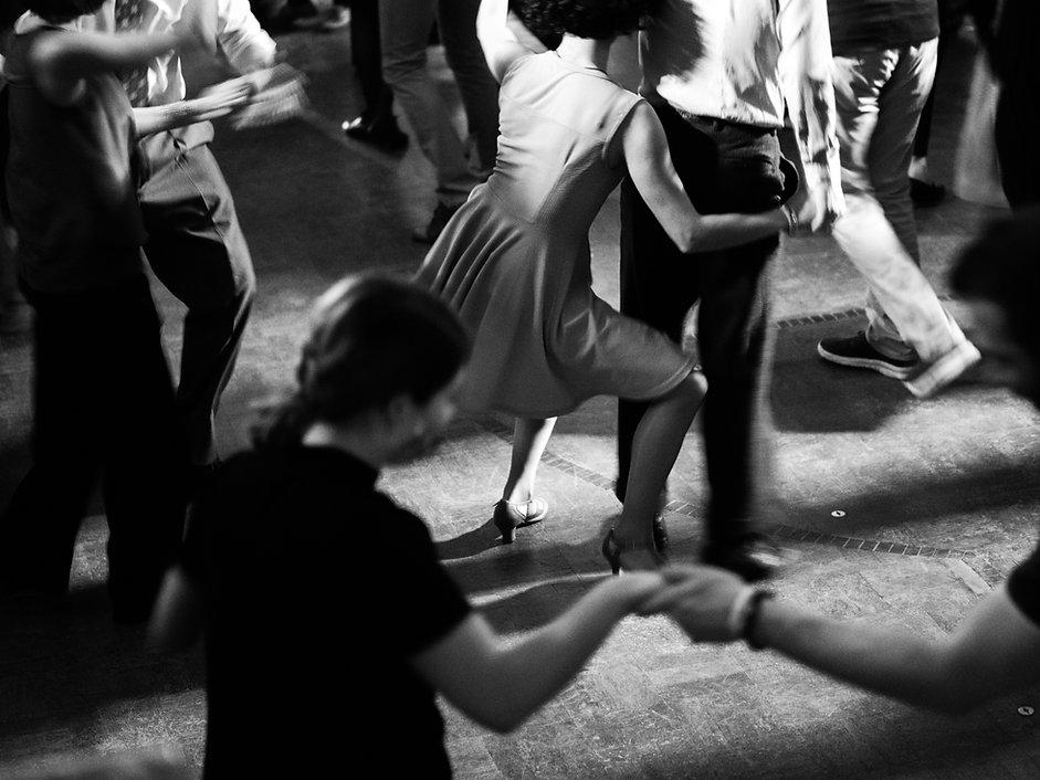 swing-dancers-in-the-ballroom-vintage-style-2VFJ9SX.jpg