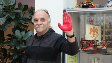 red_hand_day_2
