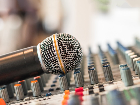 microphone-voice-speaker-on-audio-synthe
