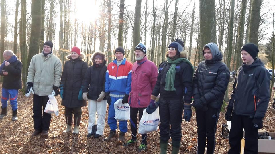 Fra venstre: 3.plads - Kasper og Søs (Martin var taget hjem i varmen), i midten HG -(Birgit, Peter K. og Arne) og yderst på højrefløjen Hanne, Peter og Gustav helt pakket ind på 1. pladsen