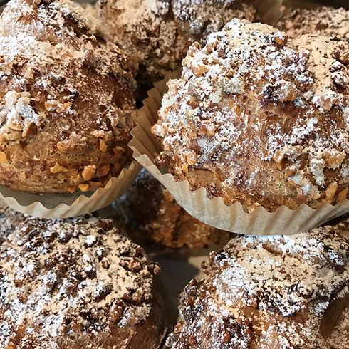 PatisserieVoyagesanslafin( パティスリーヴォワイヤージュサンラファン) は石川県金沢市久安で、『フランス菓子ベースに厳選した素材で手間を惜しまず本物を追求するパティスリー』をコンセプトに、バースデーケーキやウエディングケーキのような特別な一日を彩るケーキはもちろん、バレンタインでもご利用いただけるボンボンショコラは通年で販売しており、その他にもプレゼントにぴったりの焼き菓子やマカロン、コンフィチュールなど幅広い商品をご用意しております。 シュークリーム