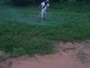 Moradores paga por limpeza de campo de futebol no povoado Cocalinho