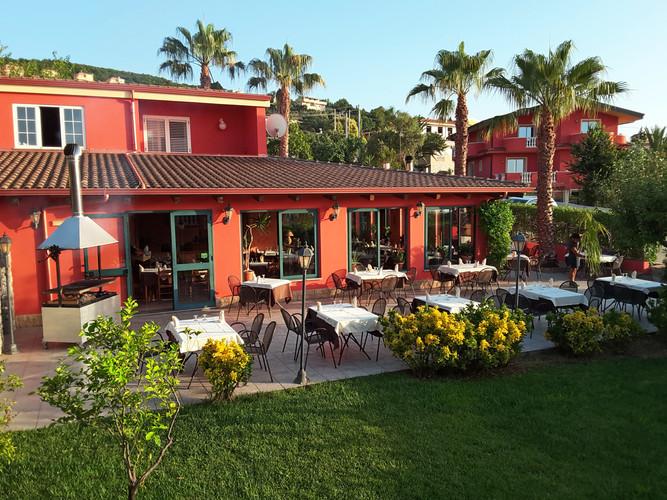 Il nostro ristorante ha una terrazza esterna in giardino ed un'ampia sala interna.