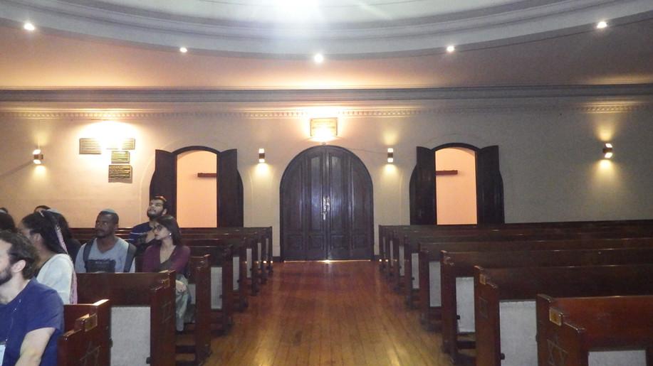 Visão da porta principal do templo.