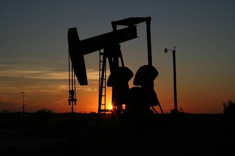 انخفاض سعر النفط بفعل ارتفاع المخزونات الأمريكية من النفط