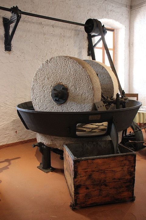 Old Crushing Machine ( stone roller)