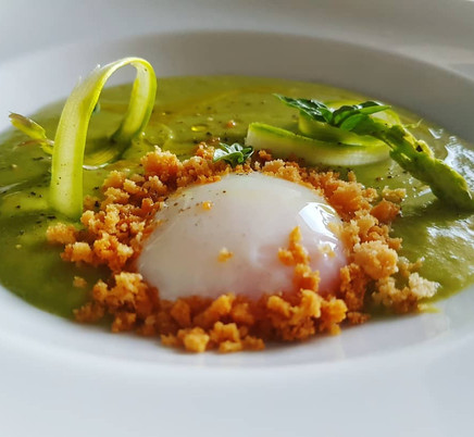 Uovo 65° vellutata di asparagi, crumble al parmigiano reggiano