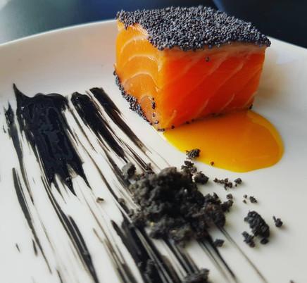 Salmone marinato al lime in crosta , salsa al frutto della passione