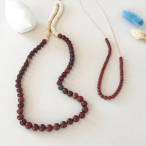 """Le """"leone"""" en perles de jaspe rouge"""