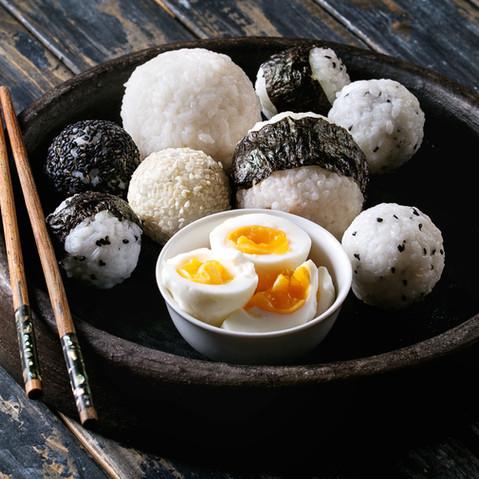 Bolas de arroz e ovos
