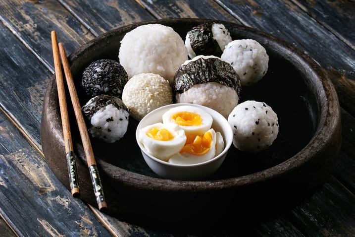 Рисовые шарики и яйца