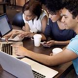Jugendliche programmieren Apps.