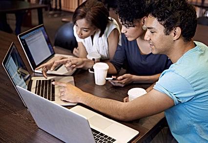 Junge Menschen - Treffen mit Computern