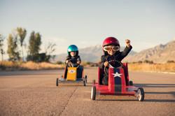 ילדים במכוניות מירוץ