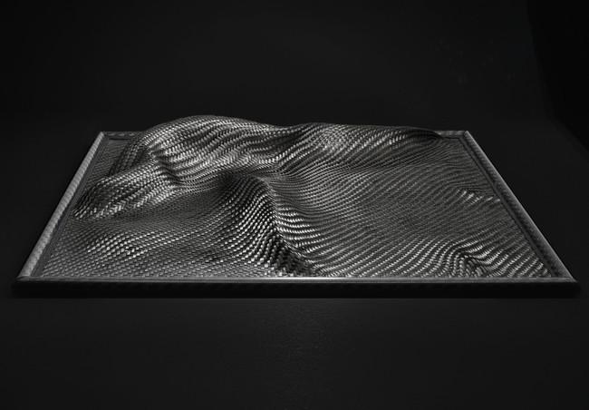 Alpha I, 30 / 30 / 4 cm, Kohlefaser, Glasmurmel, 2019