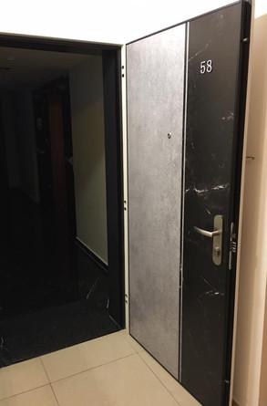 דלת בטון בשילוב שיש שחור