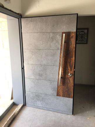 דלת בטון בשילוב עץ
