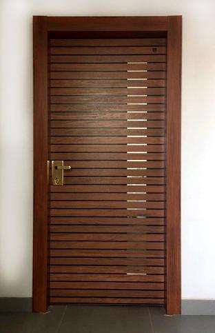 דלת פסים של עץ מייפל וחלון