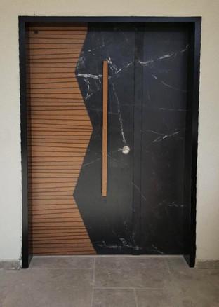 דלת כפולה עץ אלון ושיש שחור