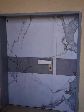 דלת שיש לבן בשילוב בטון