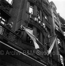 Vyvěšování vlajek, Praha, 5.5. 1945
