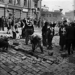 Němci dláždí ulice, Praha, Květen 45