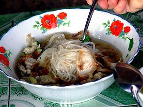 Рынок в Паксе. Суп из свинины с рисовой лапшой Кхао Пун