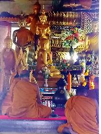 Wat Suan Pan. Ват Суан Пан, Накхон Си Тхаммарат. Монахи молятся.