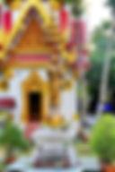 Ват Ванг Таван Ток.  Алтарь с сидящем Буддой.