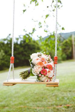 Bouquet de mariée sur balançoire