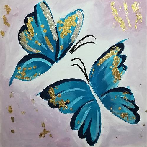 А бабочка крылышками!