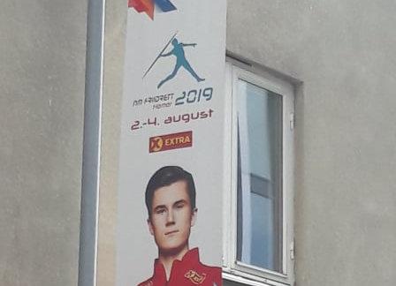 Lyktestolpe banner til NM i friidrett