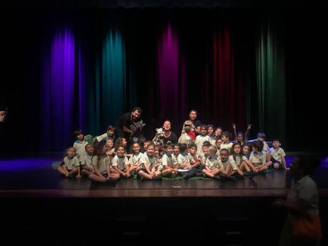 """Los chicos de pre-escolar de Saint Anthony School disfrutan de la obra """"Frappé, una historia de perros"""" en el Teatro Eugene O´neil."""""""