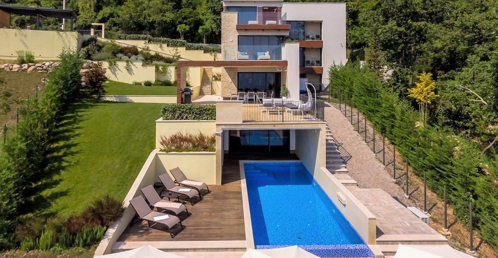 Villa mit Pool und Wellnessoase