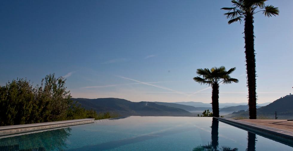 Villa mit Pool und Blick auf das Tal in Istrien