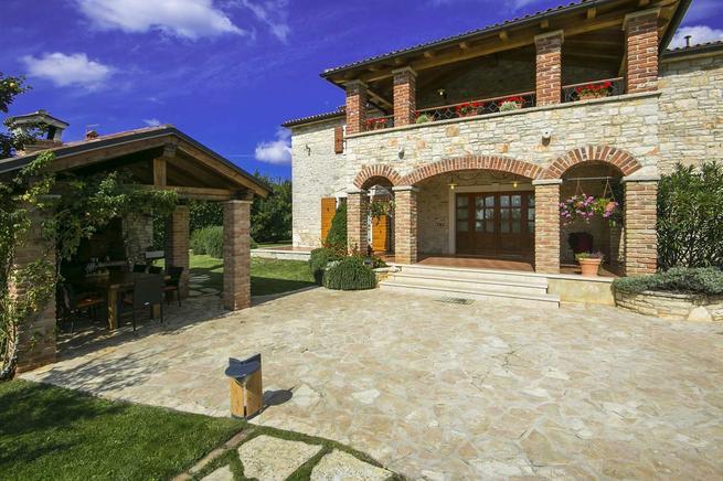 Steinhaus mit Pool und Grill