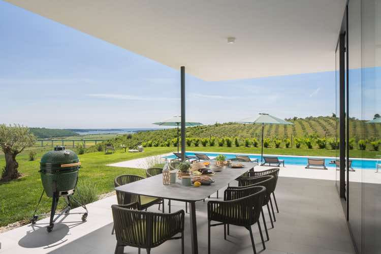 Terrasse mit Grill und Blick auf die Olivenbäume