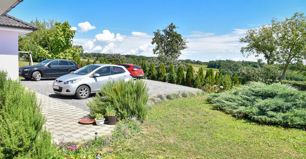 Gepflegtes Haus mit Parkplätzen und Garage in Kroatien Koprivnica zu kaufen