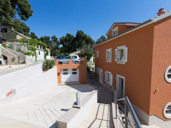 Mehrfamilienhaus direkt am Meer mit Pool auf der Insel Losinj, Kroatien zum Kauf