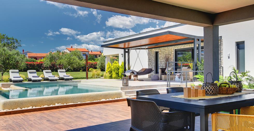 Bungalow mit großen Pool und schöner Außenanlage