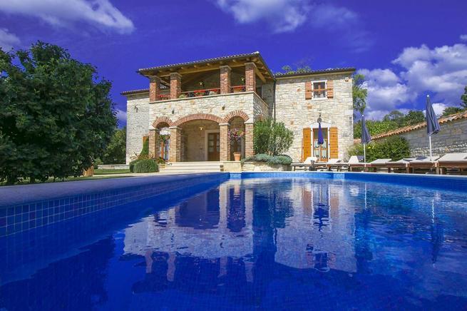 Steinhaus-Villa mit Pool auf großen Anwesen