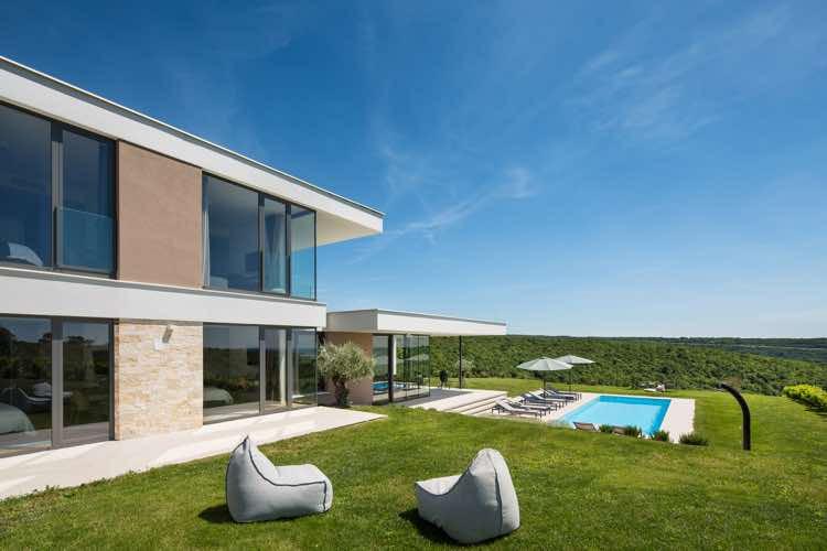 Neue Luxusvilla mit Pool und Meerblick
