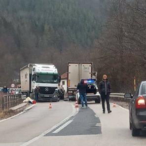 Teška nesreća na putu Olovo - Kladanj, cesta zatvorena za saobraćaj
