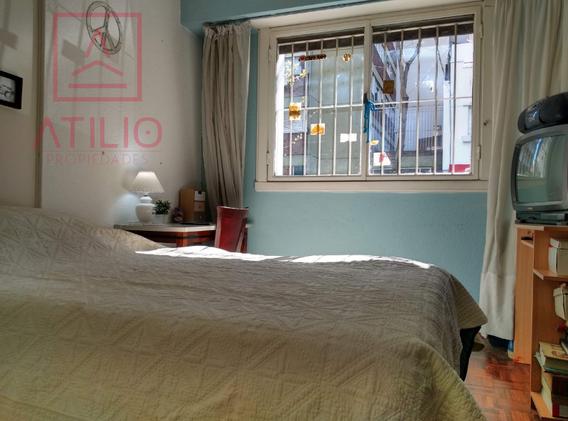 Dormitorio con ventanal al frente