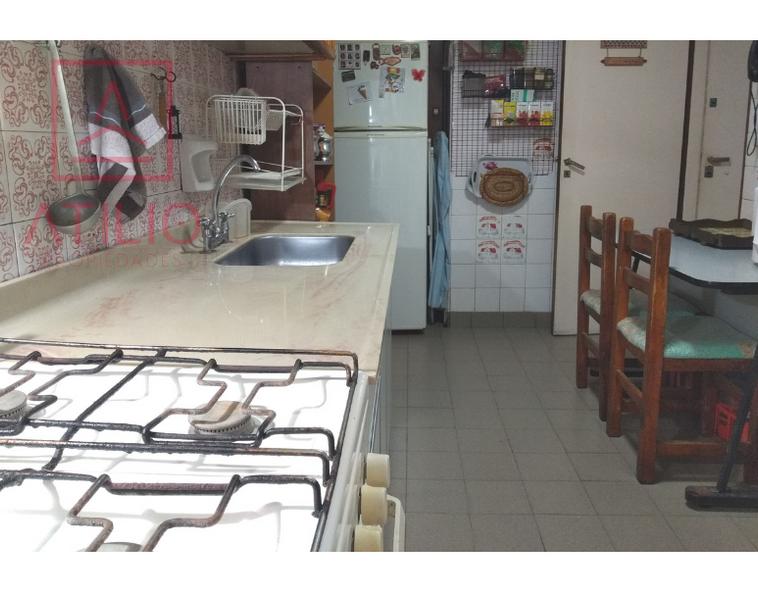 Cocina con espacio desayunador.